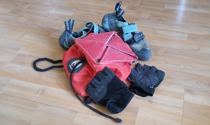 Diese drei gehören nicht zwingend zusammen. Beim Klettertraining braucht es Handschuhe allenfalls an der Klimmzugstange.