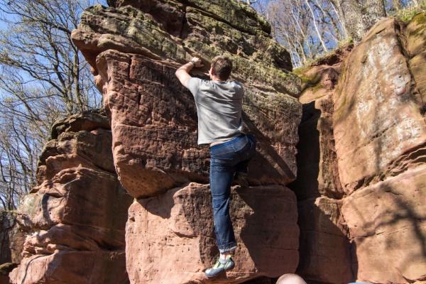 Ist das Gestein etwas weniger bröselig, wie an den 'Schornsteinen', ist das Bouldern weniger nervenzehrend. (Foto: Frank Hampel)