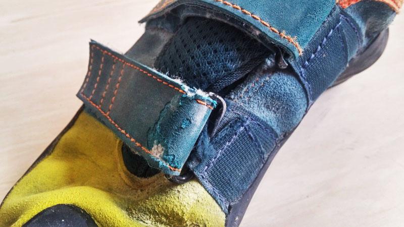 Früher Verschleiß: Nach knapp zwei Monaten ist das Material der Lasche durchgewetzt.